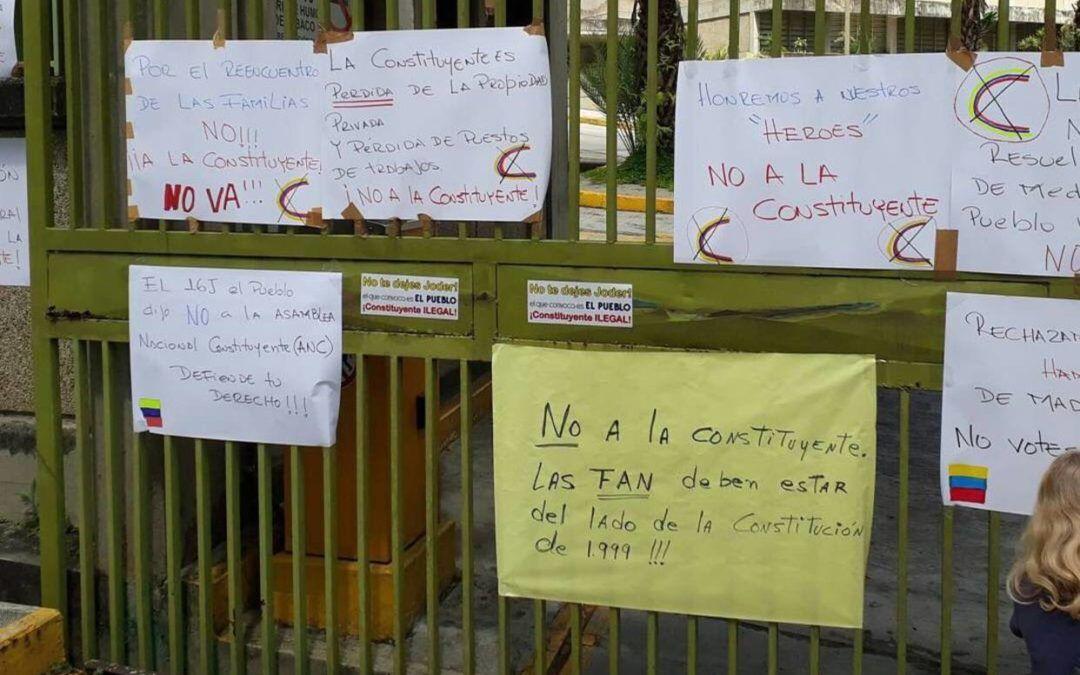 Ciudadanos exigen a la FANB defender la Constitución durante pancartazo