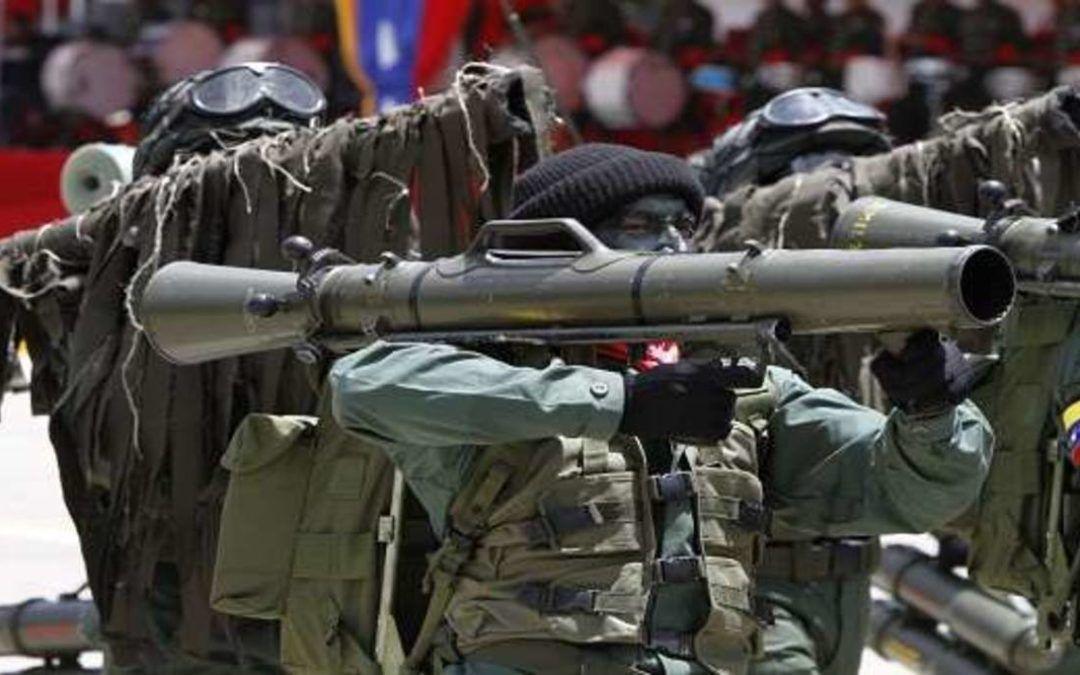 Criminales entrenan con armas a venezolanos