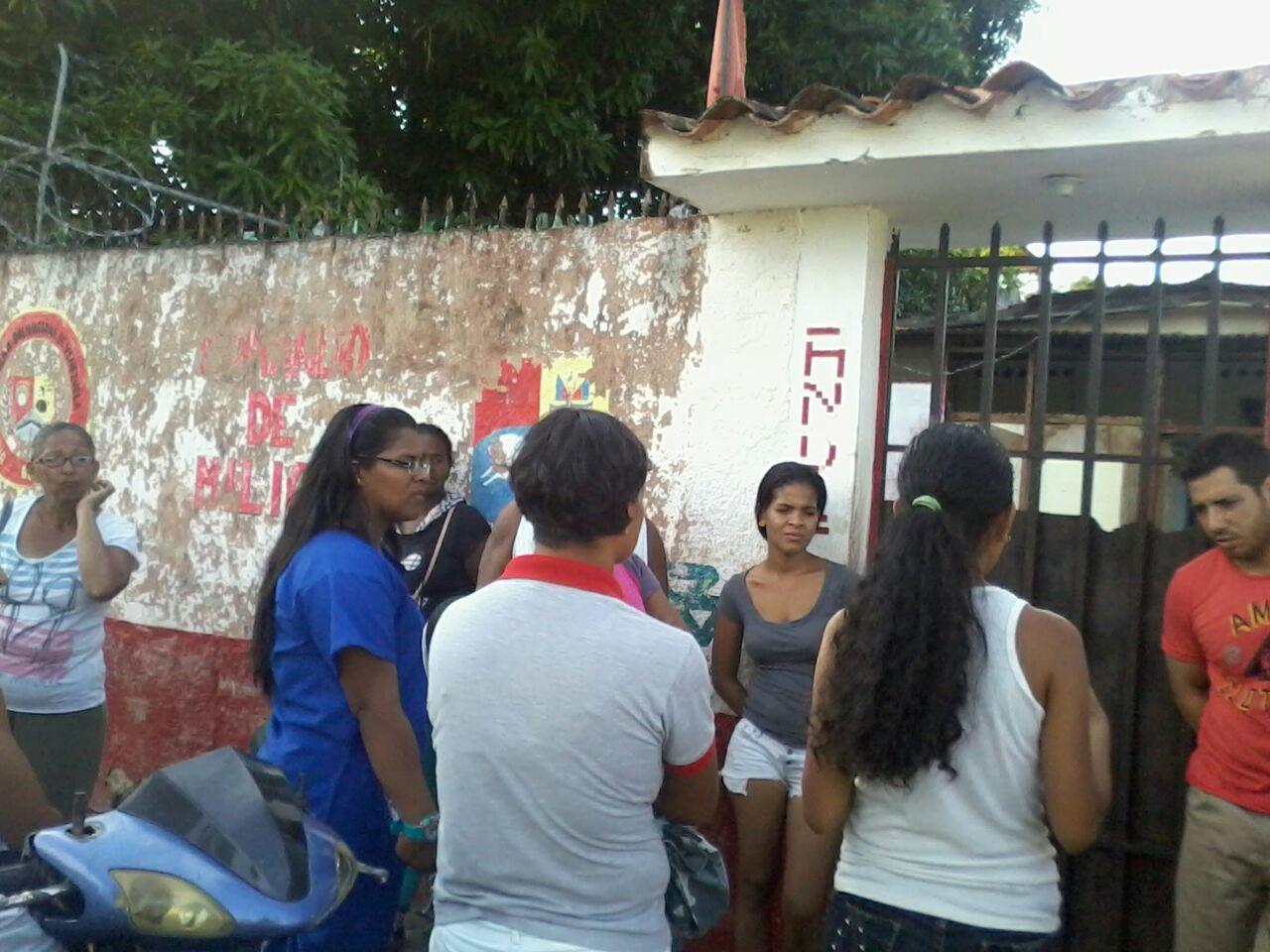 Personas apostadas en la sede de la Milicia en San Jose de Rio Chico en espera de respuesta por la promesa incumplida