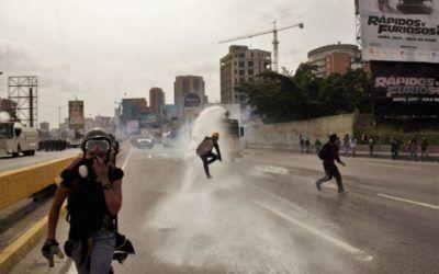 """Gases, perdigones y agua fue la """"receta"""" de la GNB para dispersar Marcha de la Salud"""